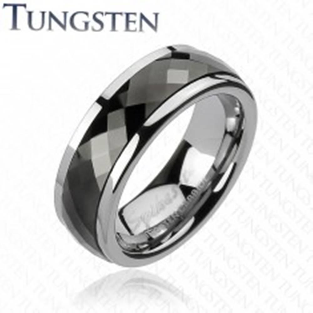 Šperky eshop Wolfrámový prsteň s otáčavým stredom - čierne kosoštvorce - Veľkosť: 49 mm