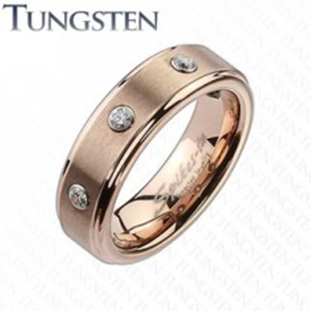 Šperky eshop Wolfrámový prsteň v jemnom medenom odtieni, tri číre zirkóny - Veľkosť: 49 mm