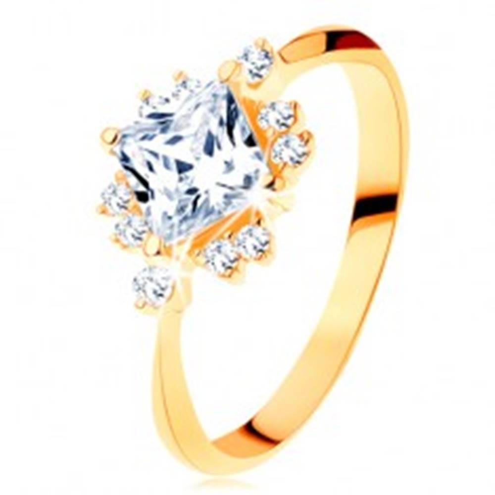 Šperky eshop Zlatý prsteň 585 - ligotavý brúsený štvorec, drobné zirkóniky čírej farby - Veľkosť: 49 mm