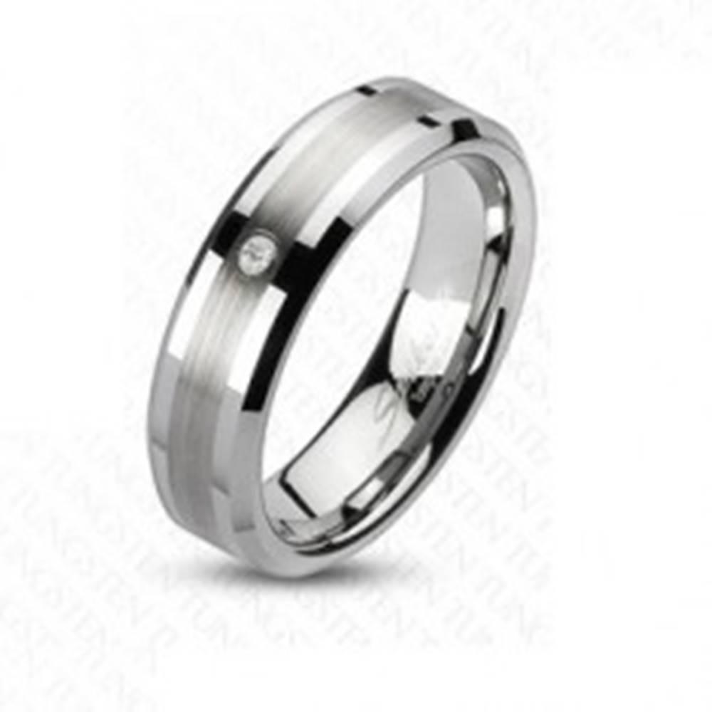 Šperky eshop Obrúčka z tungstenu s matným stredovým pásom a čírym zirkónom, 6 mm - Veľkosť: 49 mm