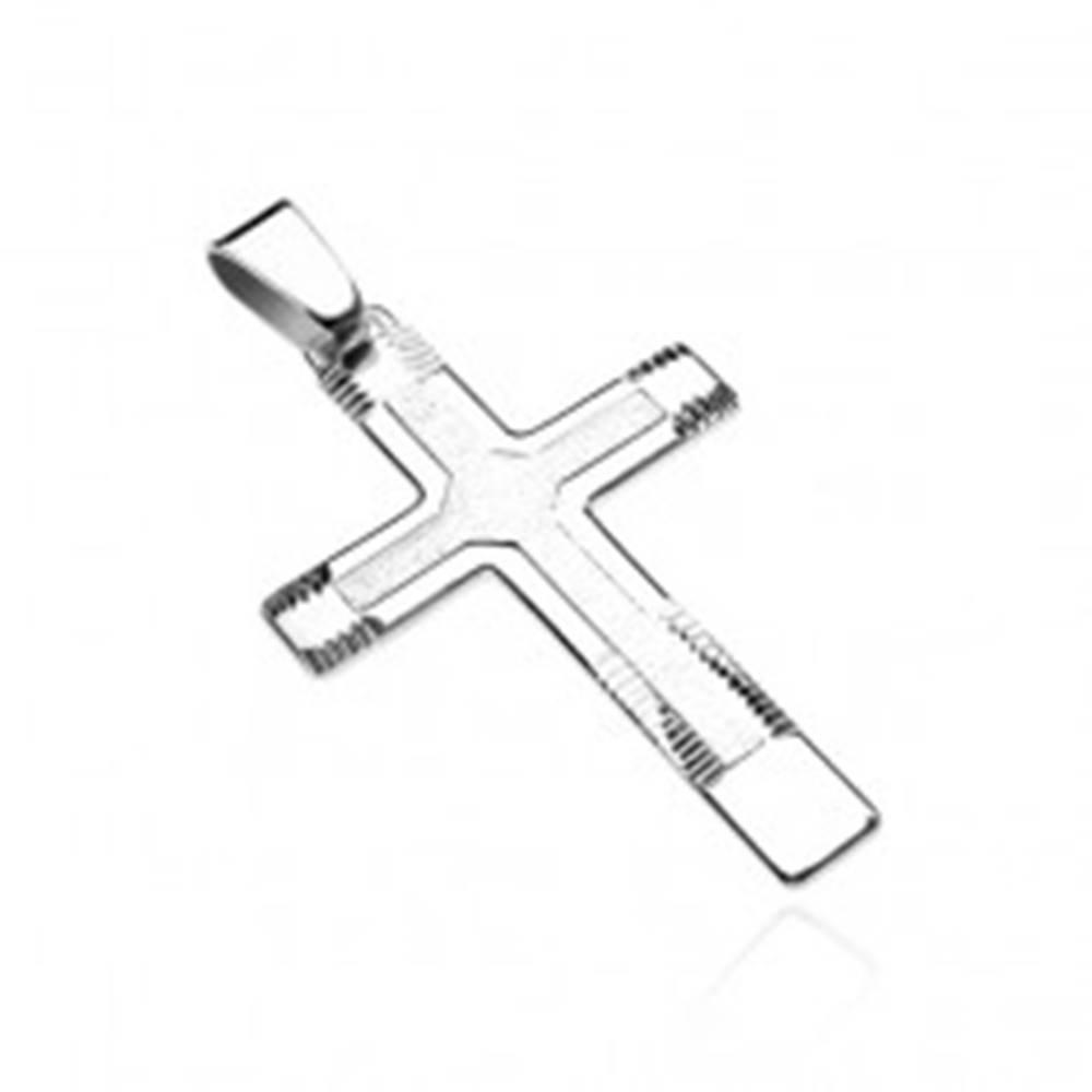 Šperky eshop Prívesok zo striebra 925 - mohutný kríž so štruktúrou a zárezmi