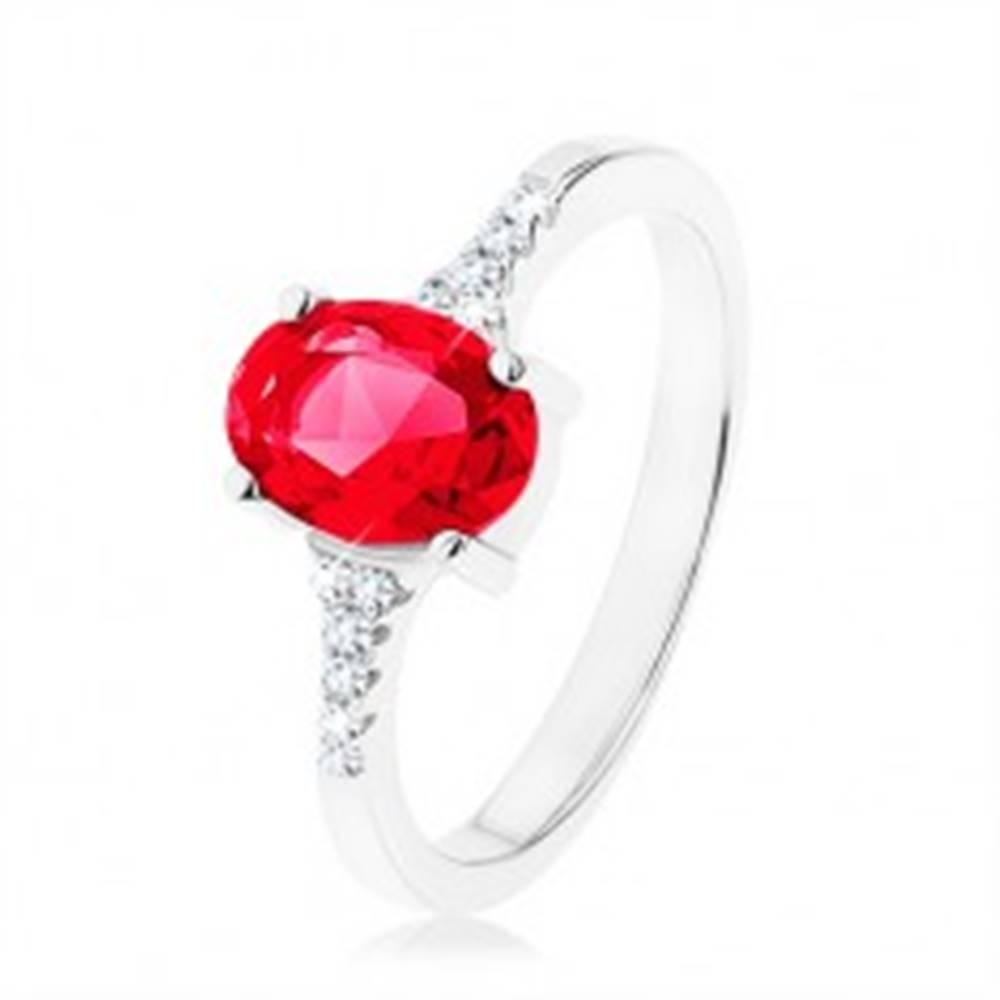 Šperky eshop Prsteň, striebro 925, zúžené lesklé ramená, zirkónový ovál červenej farby - Veľkosť: 49 mm