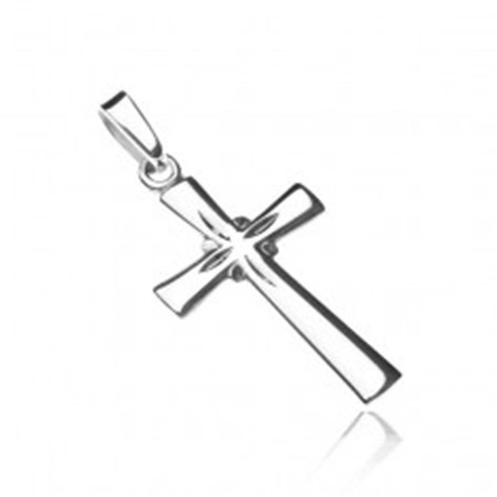 Šperky eshop Strieborný prívesok 925 - lesklý kríž, gravírované lúče
