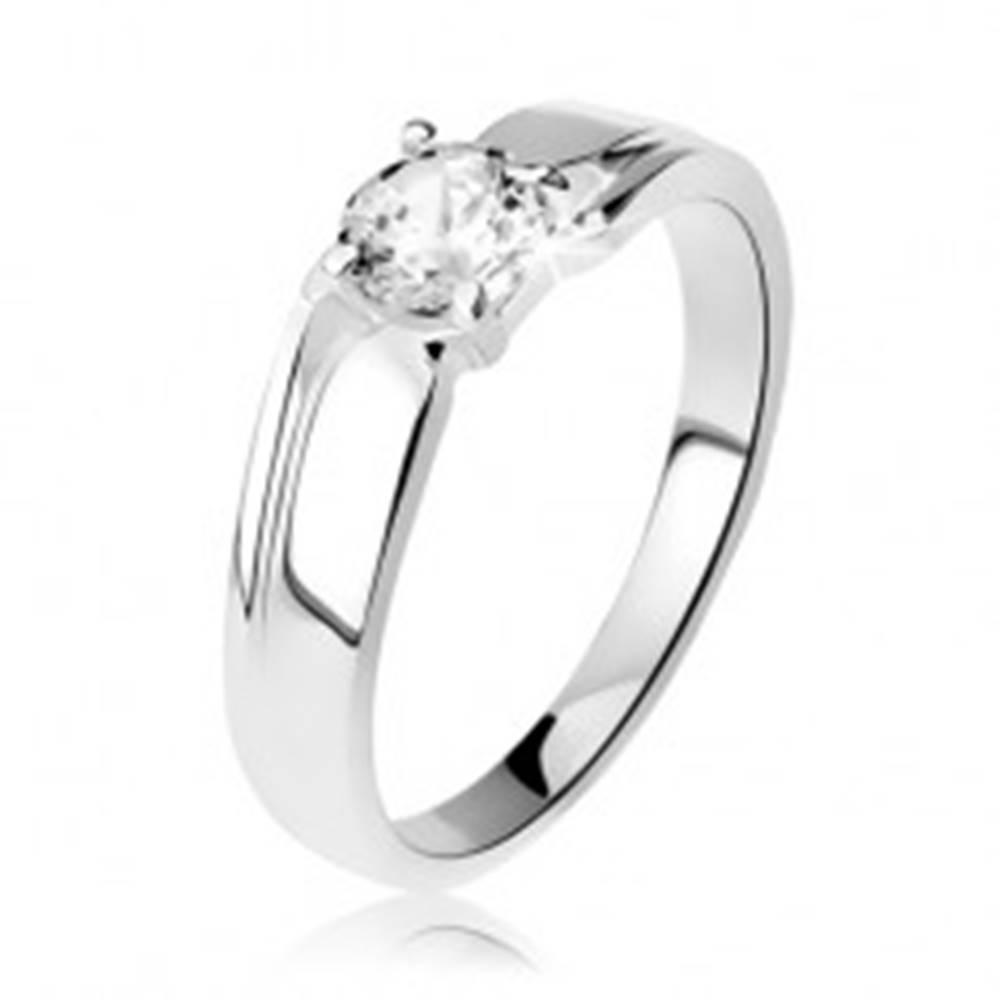 Šperky eshop Strieborný prsteň 925, šíršie ramená so zárezom, okrúhly ligotavý zirkón - Veľkosť: 48 mm