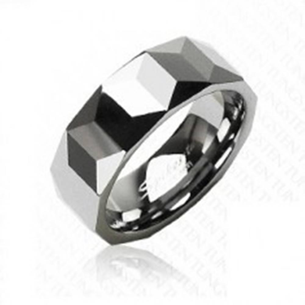 Šperky eshop Volfrámový prsteň striebornej farby, geometricky brúsený povrch, 8 mm - Veľkosť: 57 mm