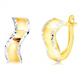 Zlaté náušnice 585 - lesklý zvlnený pás s brúsenými okrajmi z bieleho zlata
