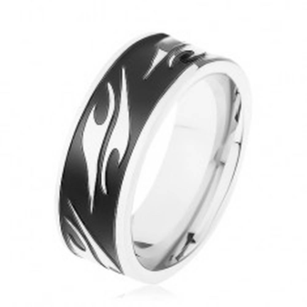 Šperky eshop Lesklý prsteň z chirurgickej ocele, čierny pás zdobený motívom tribal - Veľkosť: 57 mm
