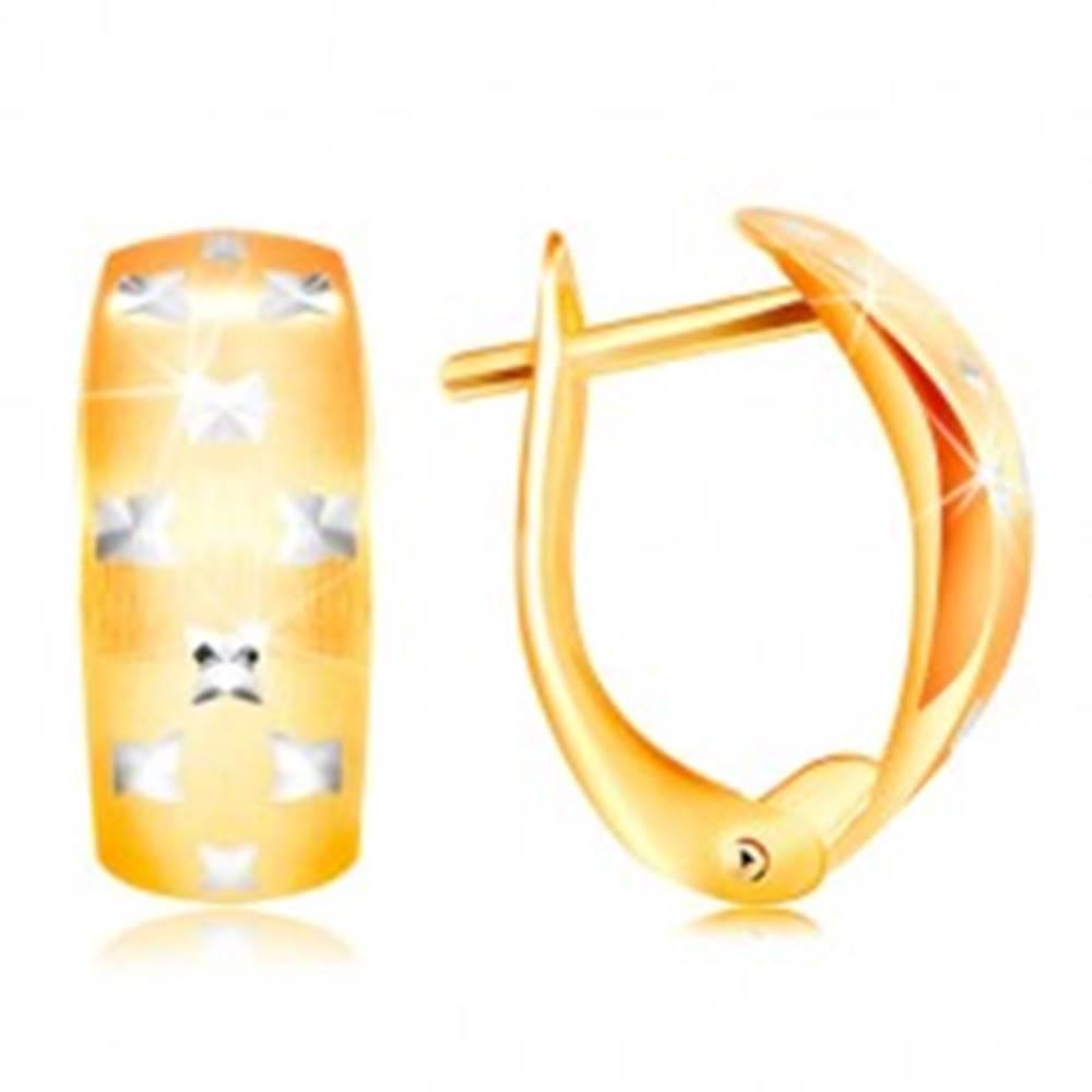 Šperky eshop Zlaté 14K náušnice - matný oblúk, drobné ligotavé krížiky z bieleho zlata