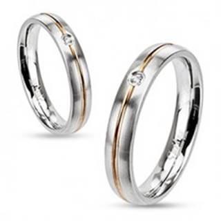 Oceľový prsteň - strieborná farba, stredová ryha zlatej farby a zirkón - Veľkosť: 49 mm