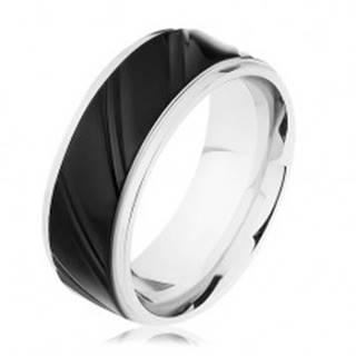 Oceľový prsteň striebornej farby s čiernym pásom, šikmé zárezy  - Veľkosť: 57 mm