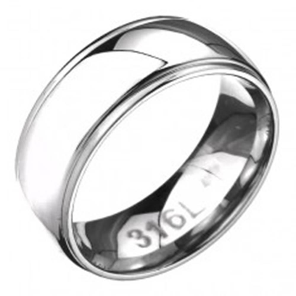 Šperky eshop Prsteň z ocele - zaoblená obrúčka s dvoma ryhami po okrajoch - Veľkosť: 57 mm