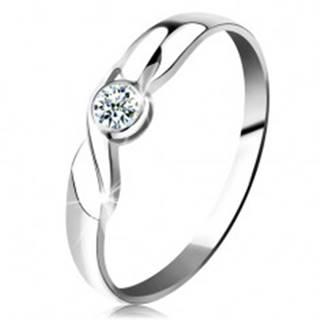 Prsteň v bielom 14K zlate - okrúhly briliant čírej farby, vlnka, lesklé ramená - Veľkosť: 49 mm