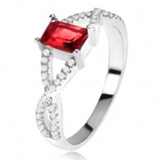 Prsteň zo striebra 925, prekrížené zirkónové ramená, hranatý červený kameň - Veľkosť: 49 mm