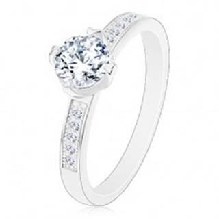 Strieborný prsteň 925, zirkón čírej farby v ozdobnom kotlíku, zirkóniky na ramenách - Veľkosť: 49 mm