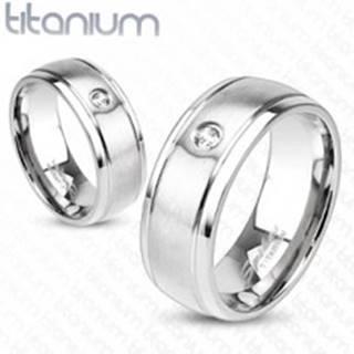 Titánový prsteň striebornej farby s matným povrchom, zárezmi a zirkónom, 8 mm - Veľkosť: 59 mm