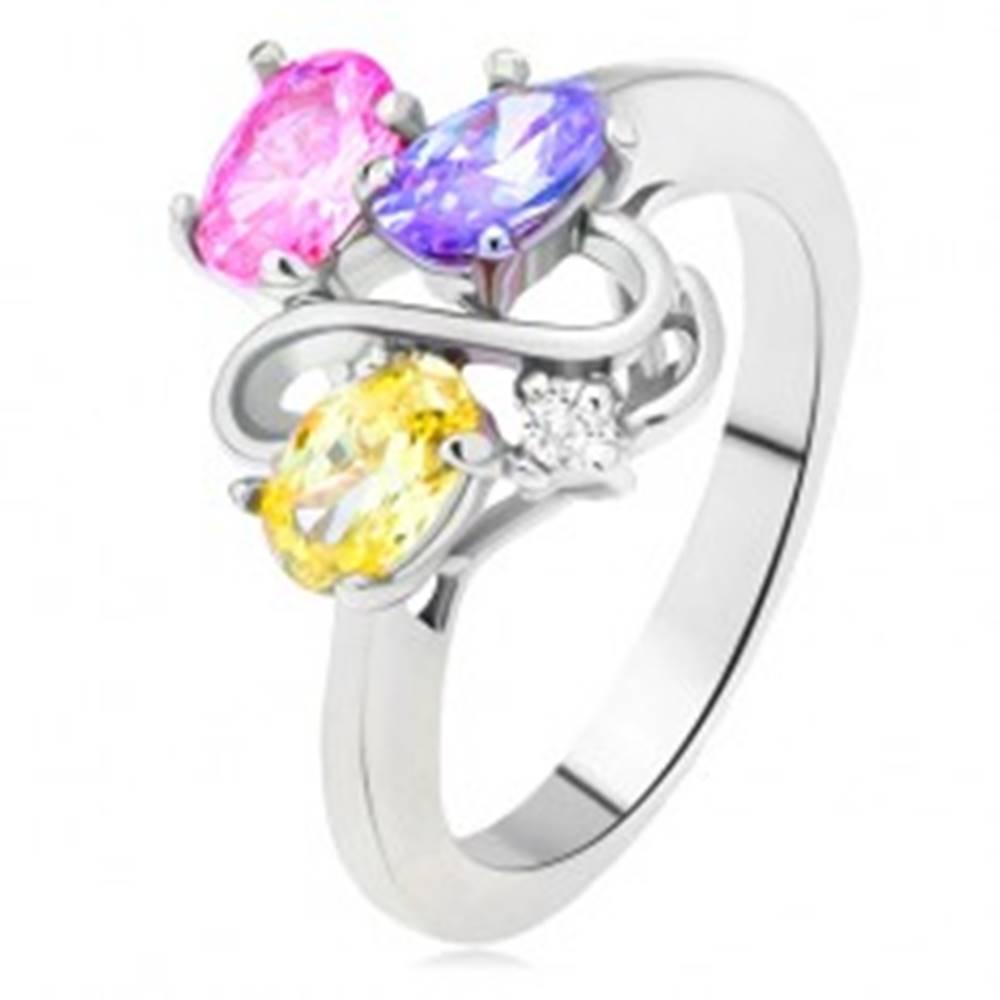 Šperky eshop Lesklý prsteň - farebné oválne zirkóny, línia dvojitého S, číry kamienok - Veľkosť: 49 mm