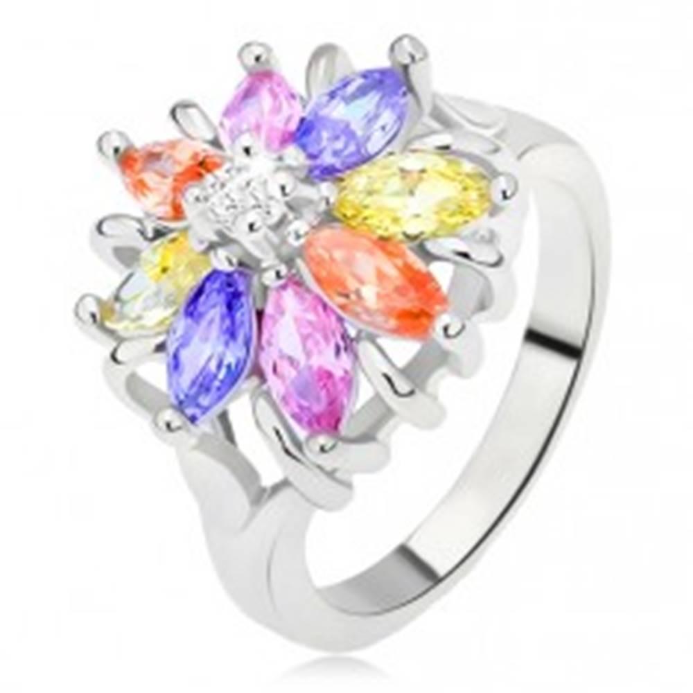 Šperky eshop Lesklý prsteň striebornej farby, farebný kvet z brúsených kamienkov - Veľkosť: 48 mm