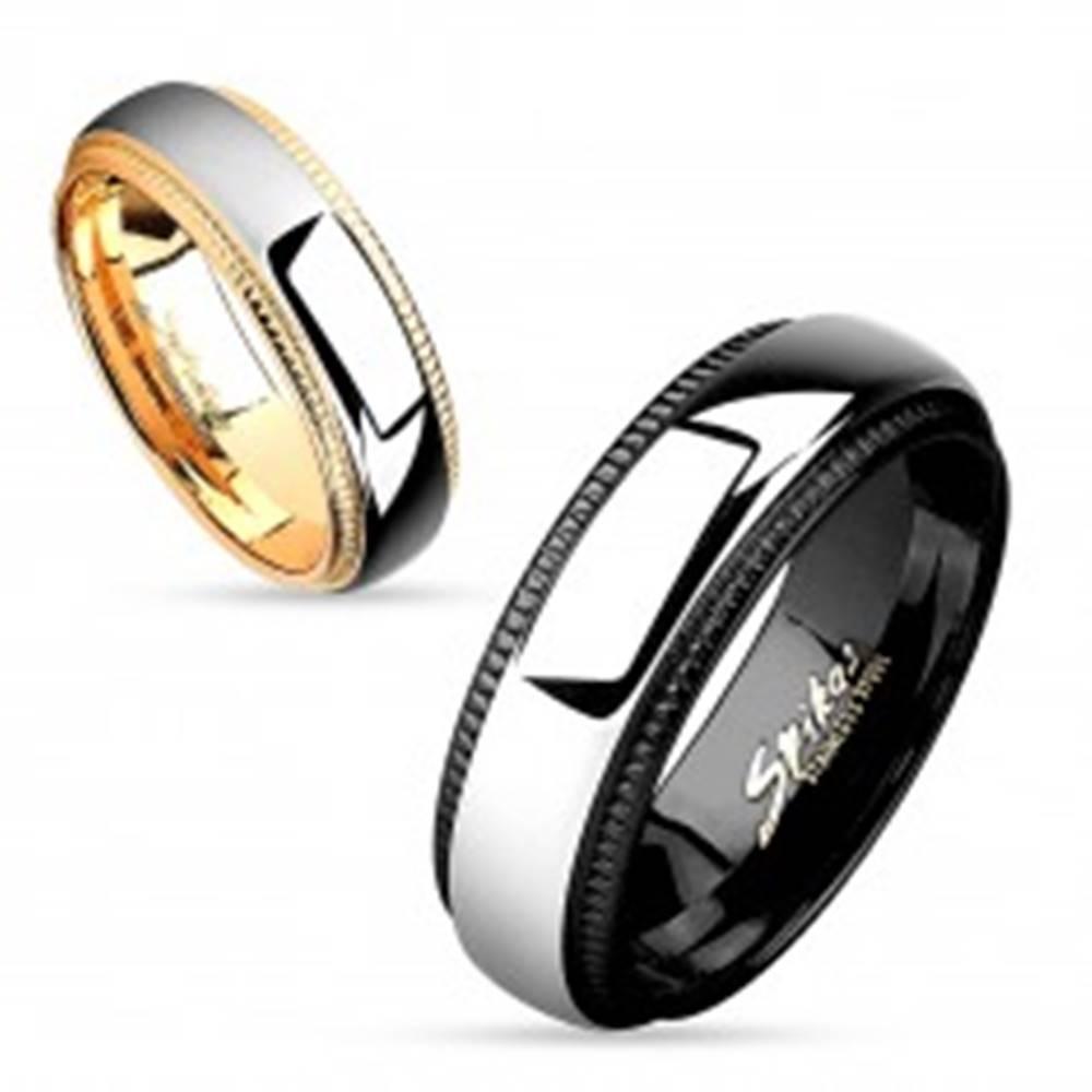 Šperky eshop Obrúčka z ocele 316L, pás striebornej farby, čierne vrúbkované okraje, 8 mm - Veľkosť: 59 mm