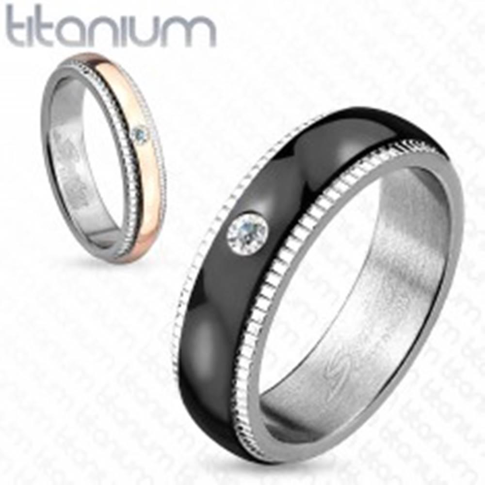 Šperky eshop Obrúčka z titánu, strieborná farba, čierny pás so zirkónom, vrúbky, 6 mm - Veľkosť: 59 mm