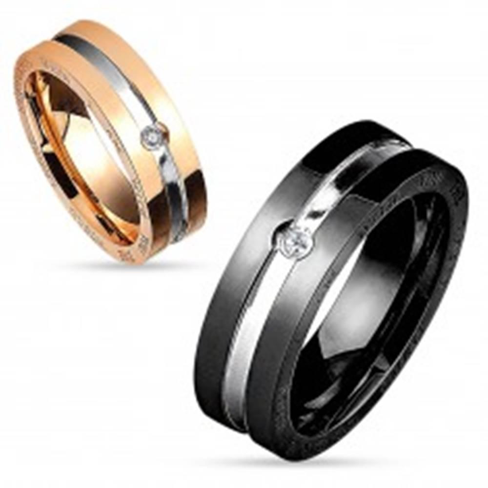 Šperky eshop Oceľová obrúčka v čierno-striebornej kombinácii, okrúhly číry zirkón, 8 mm - Veľkosť: 59 mm