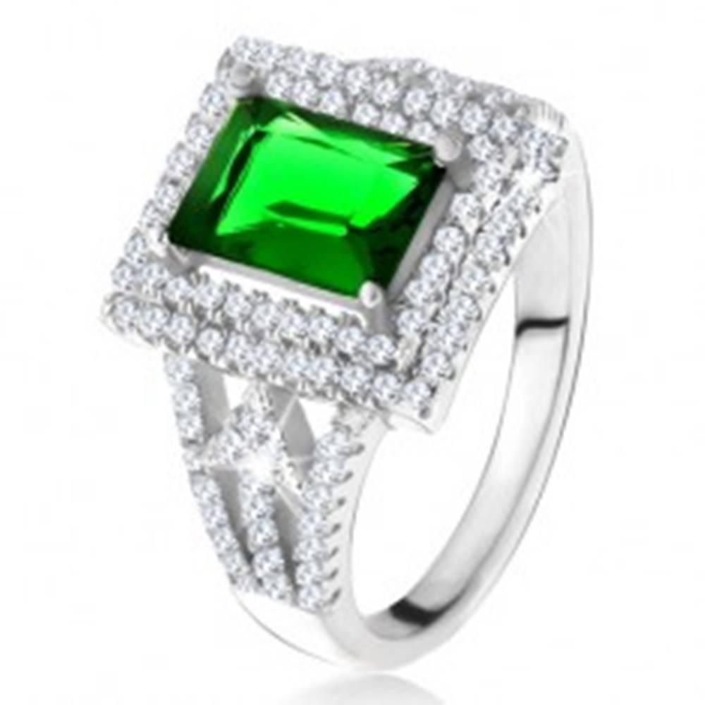 Šperky eshop Prsteň s obdĺžnikovým zeleným zirkónom, dvojitý číry lem, šípky, striebro 925 - Veľkosť: 49 mm
