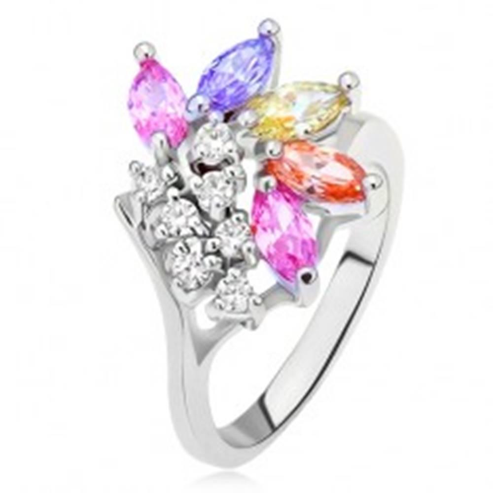 Šperky eshop Prsteň s vetvičkou čírych a farebných zrniečkových kamienkov - Veľkosť: 49 mm
