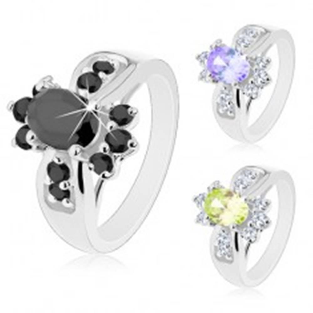 Šperky eshop Prsteň striebornej farby, farebný zirkónový ovál a okrúhle číre zirkóniky - Veľkosť: 50 mm, Farba: Svetlozelená