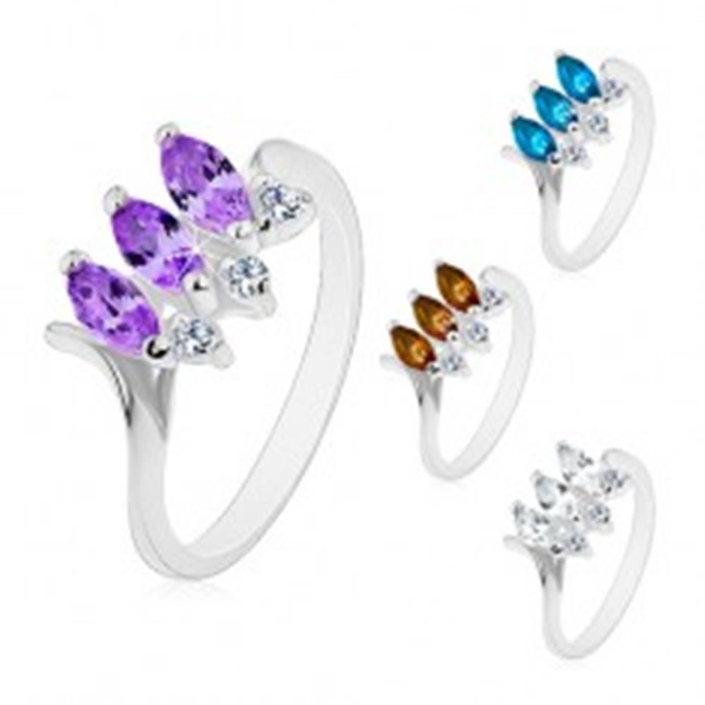 Šperky eshop Prsteň striebornej farby, tri farebné brúsené zrnká, lesklé zahnuté ramená - Veľkosť: 48 mm, Farba: Číra