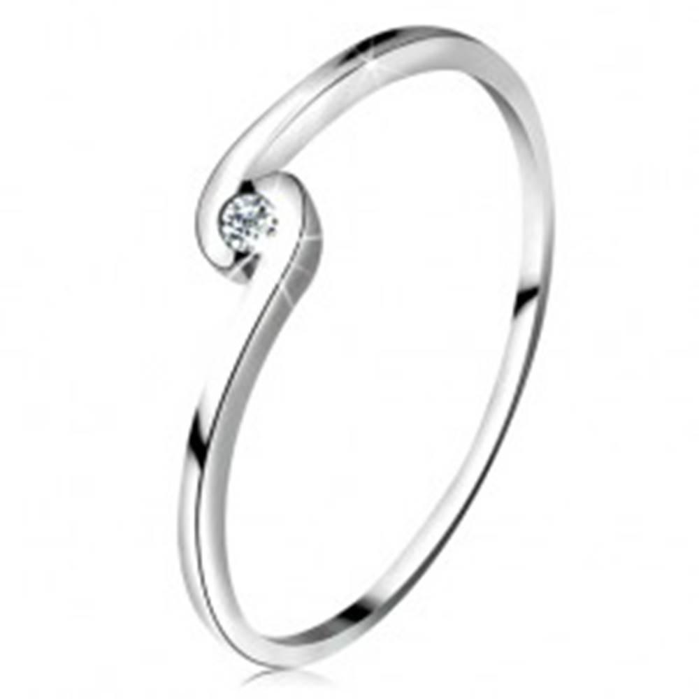 Šperky eshop Prsteň z bieleho zlata 14K - okrúhly číry diamant medzi zahnutými ramenami - Veľkosť: 50 mm