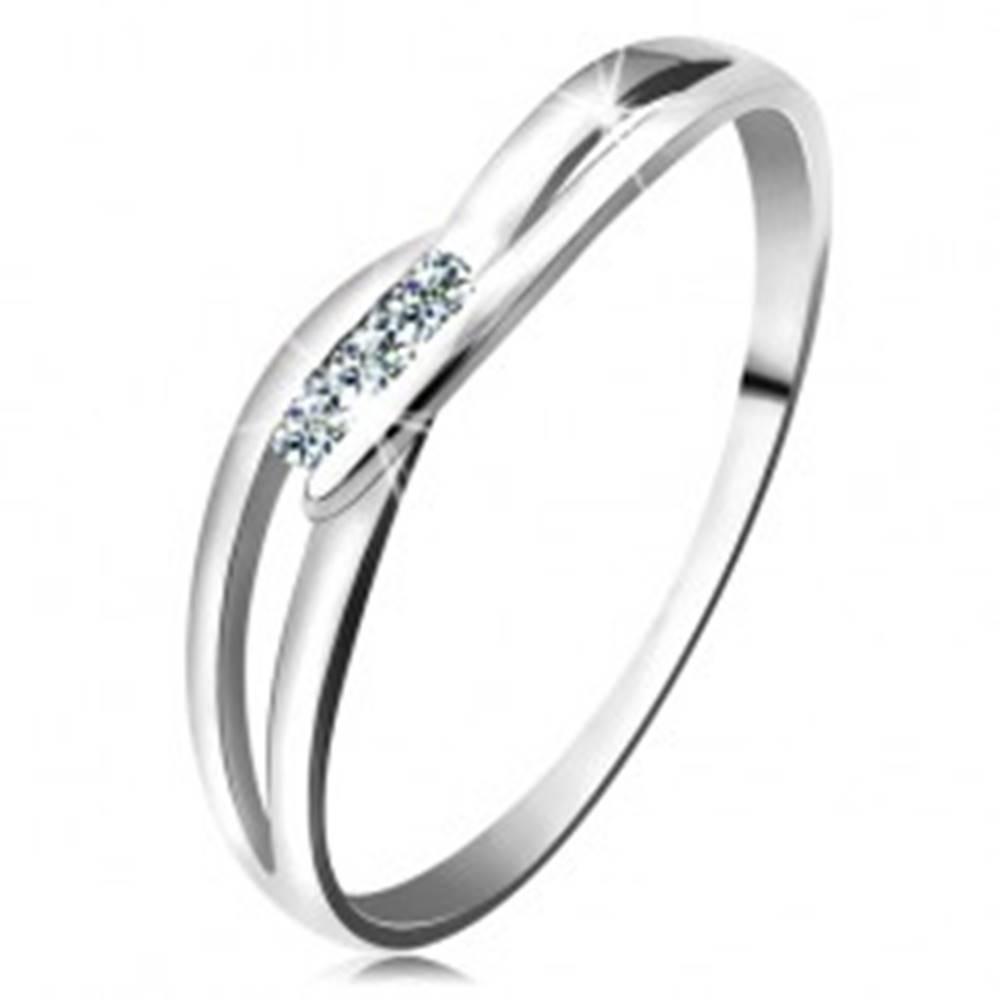 Šperky eshop Prsteň z bieleho zlata 585 - tri okrúhle diamanty čírej farby, rozdelené ramená - Veľkosť: 50-51 mm