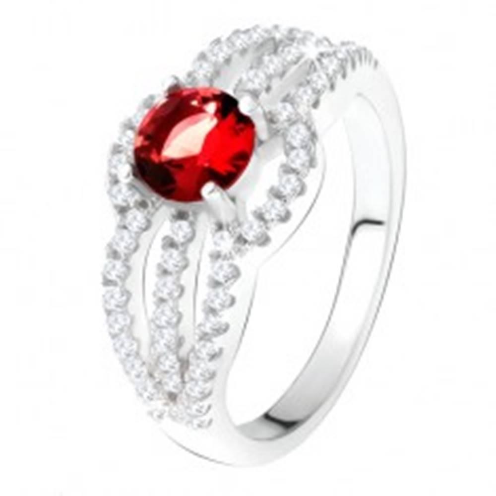 Šperky eshop Prsteň zo striebra 925, červený kameň, oblé zirkónové línie - Veľkosť: 49 mm