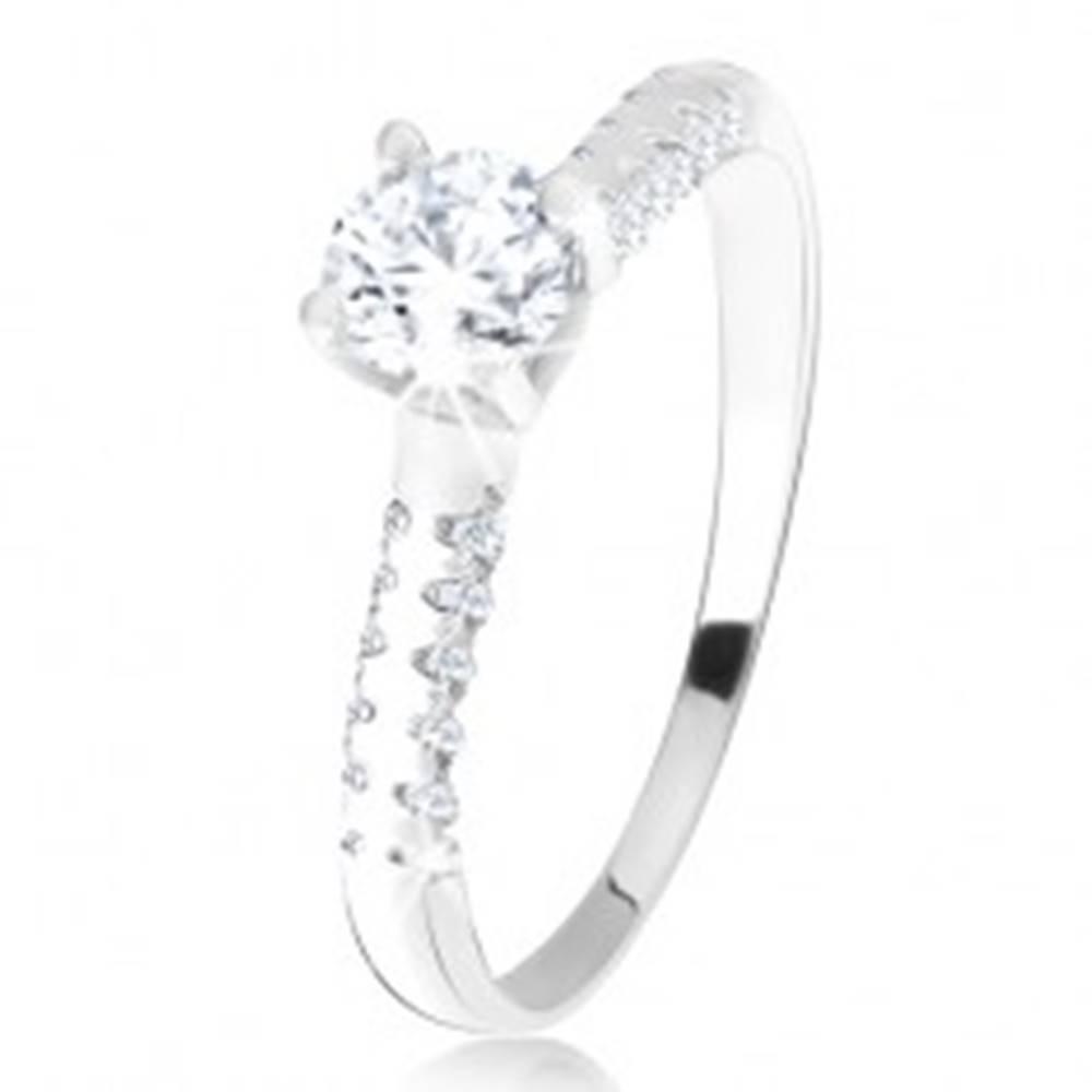 Šperky eshop Strieborný 925 prsteň, vystúpený kotlík s čírym zirkónom, ozdobné ramená - Veľkosť: 45 mm