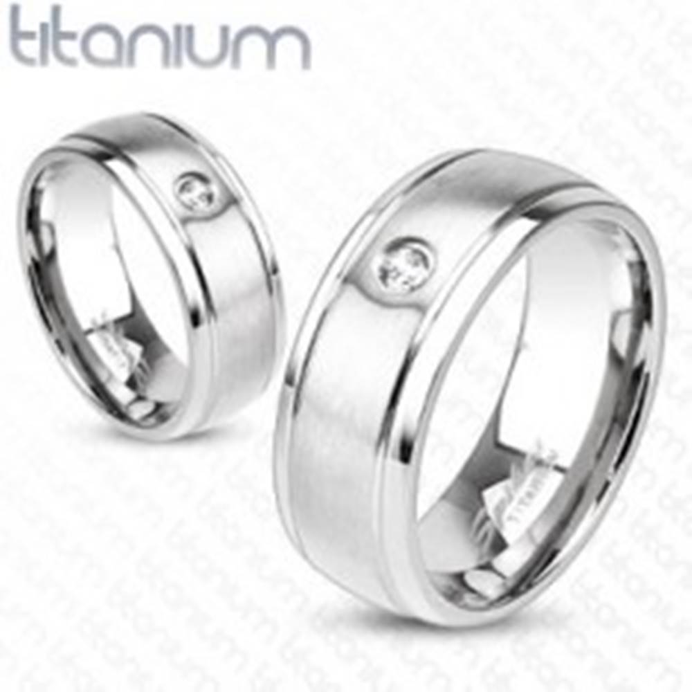 Šperky eshop Titánový prsteň striebornej farby s matným povrchom, zárezmi a zirkónom, 8 mm - Veľkosť: 59 mm
