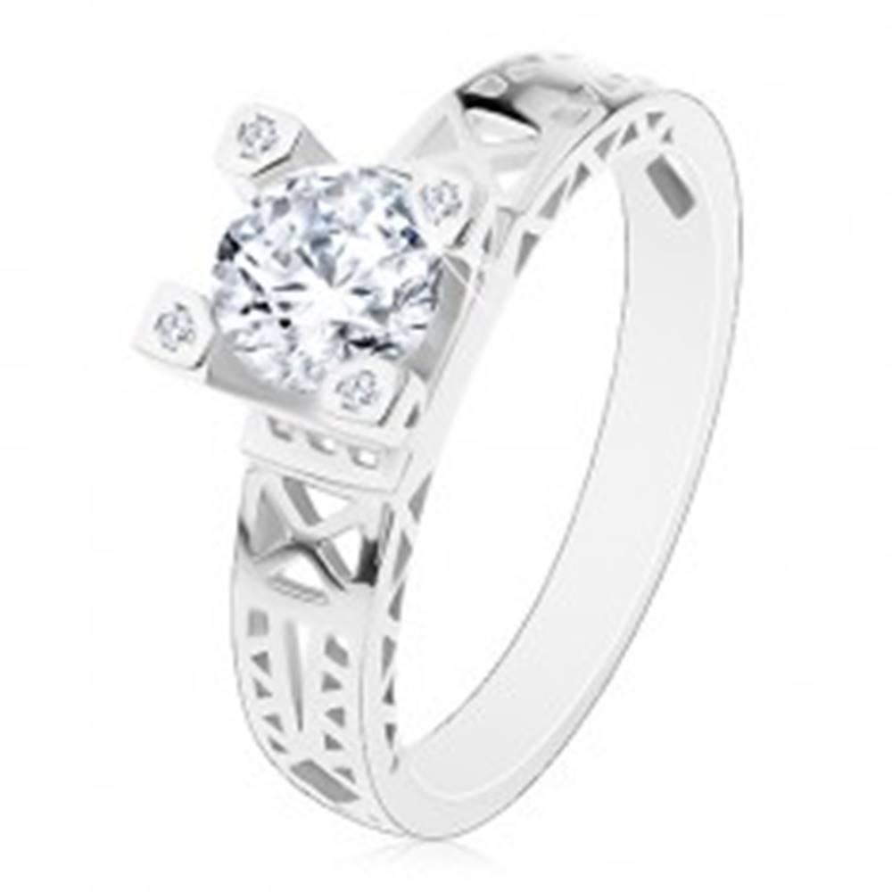 Šperky eshop Zásnubný prsteň - striebro 925, výrezy na ramenách, číry zirkón v ozdobnom kotlíku - Veľkosť: 50 mm