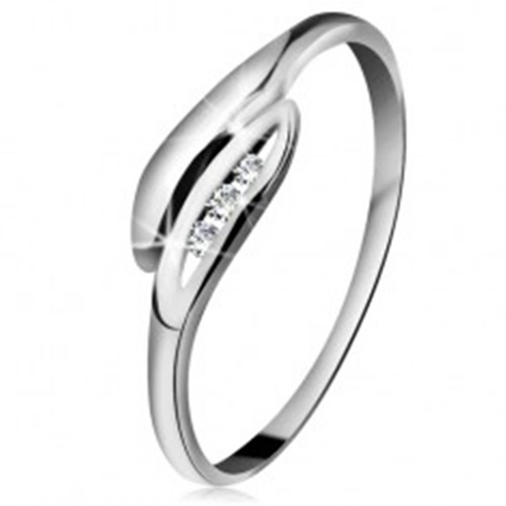 Šperky eshop Briliantový prsteň v bielom 14K zlate - mierne zahnuté lístočky, tri číre diamanty - Veľkosť: 49 mm
