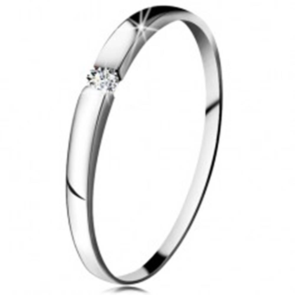 Šperky eshop Diamantový prsteň z bieleho 14K zlata - briliant čírej farby, jemne vypuklé ramená - Veľkosť: 48 mm