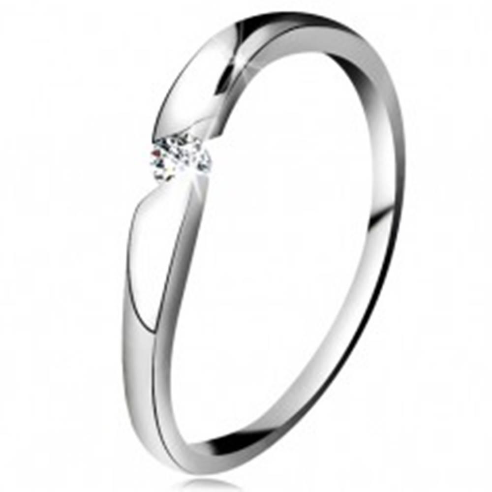 Šperky eshop Diamantový prsteň z bieleho 14K zlata - briliant čírej farby v šikmom výreze - Veľkosť: 49 mm