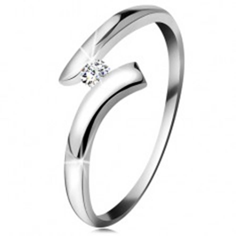 Šperky eshop Diamantový prsteň z bieleho 14K zlata - žiarivý číry briliant, lesklé zahnuté ramená - Veľkosť: 49 mm
