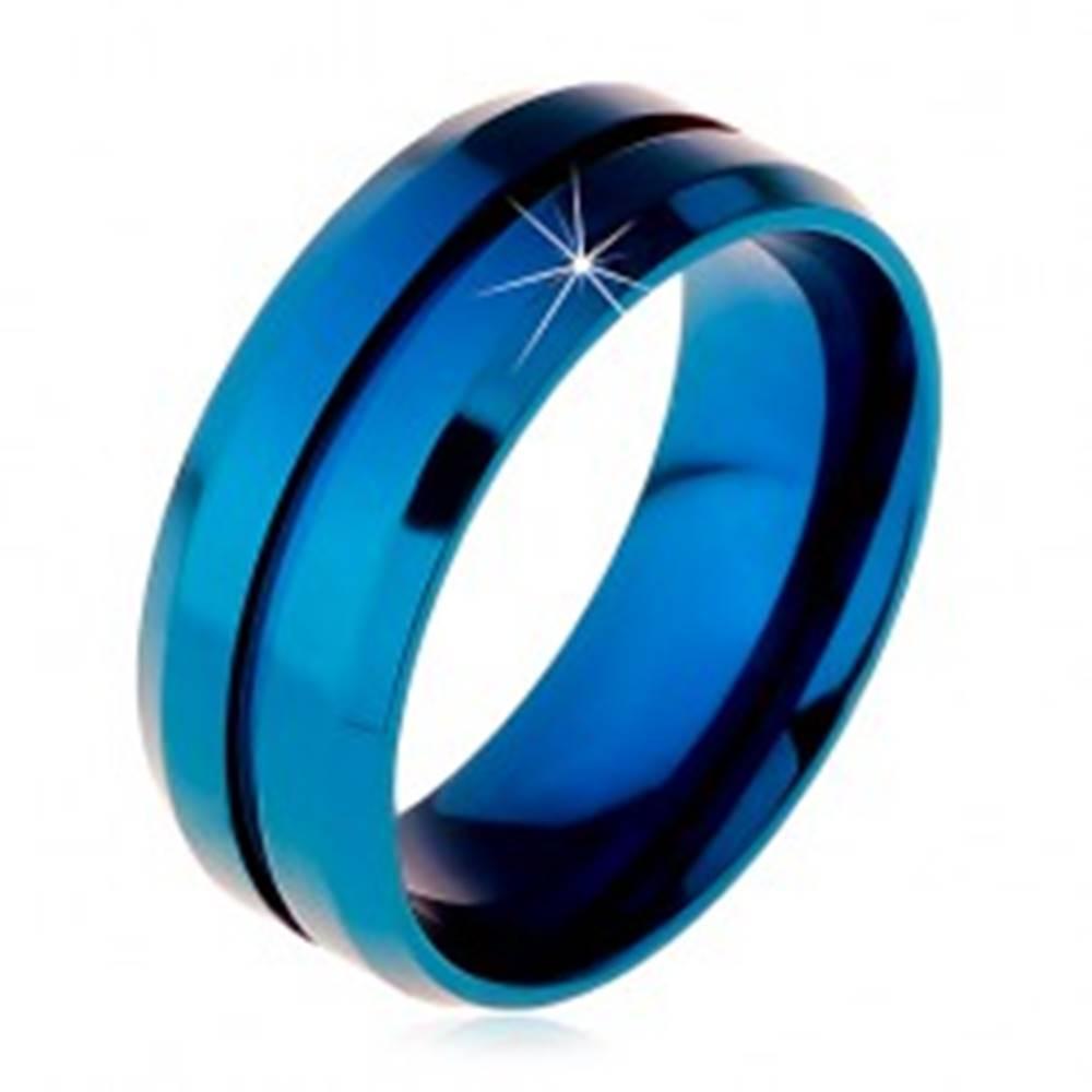 Šperky eshop Modrý prsteň z chirurgickej ocele, úzky zárez v strede, skosené okraje, 8 mm - Veľkosť: 57 mm
