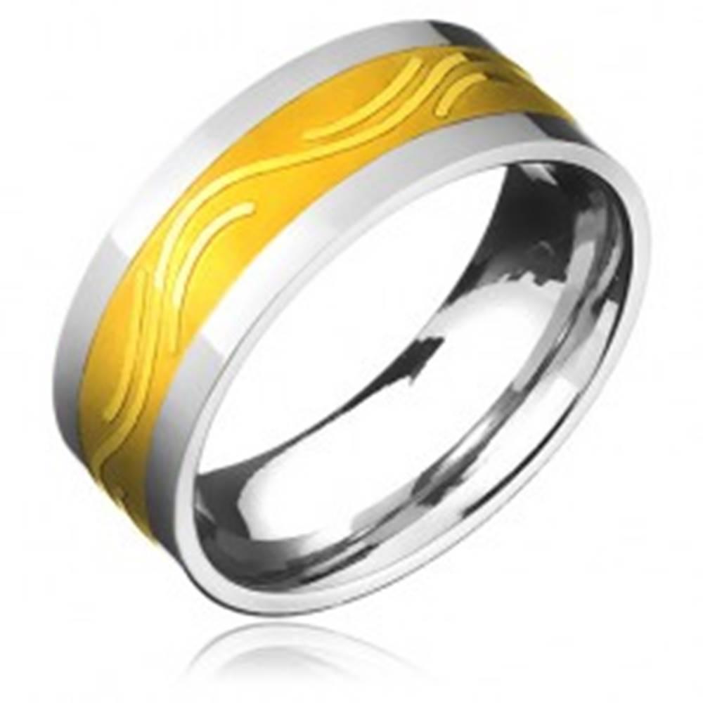 Šperky eshop Obrúčka z chirurgickej ocele - zlatistý pás a jemná vlnka - Veľkosť: 57 mm