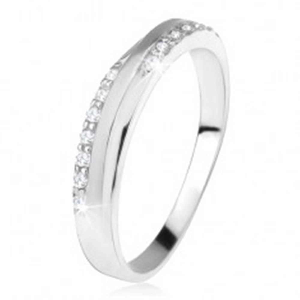 Šperky eshop Obrúčka zo striebra 925, šikmý matný pás medzi zirkónovými líniami - Veľkosť: 47 mm