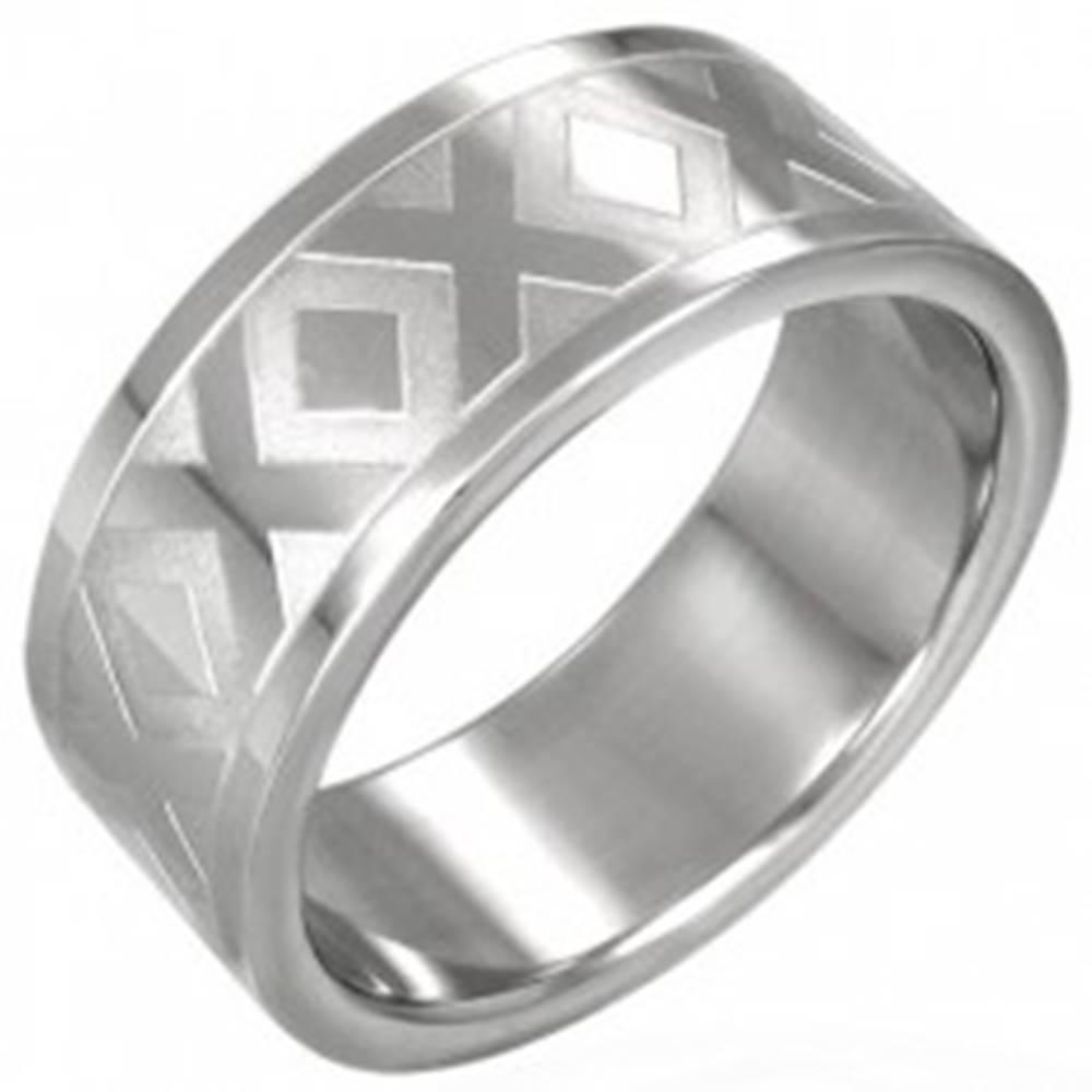 Šperky eshop Oceľová obrúčka striebornej farby so vzorom X, 8 mm - Veľkosť: 54 mm