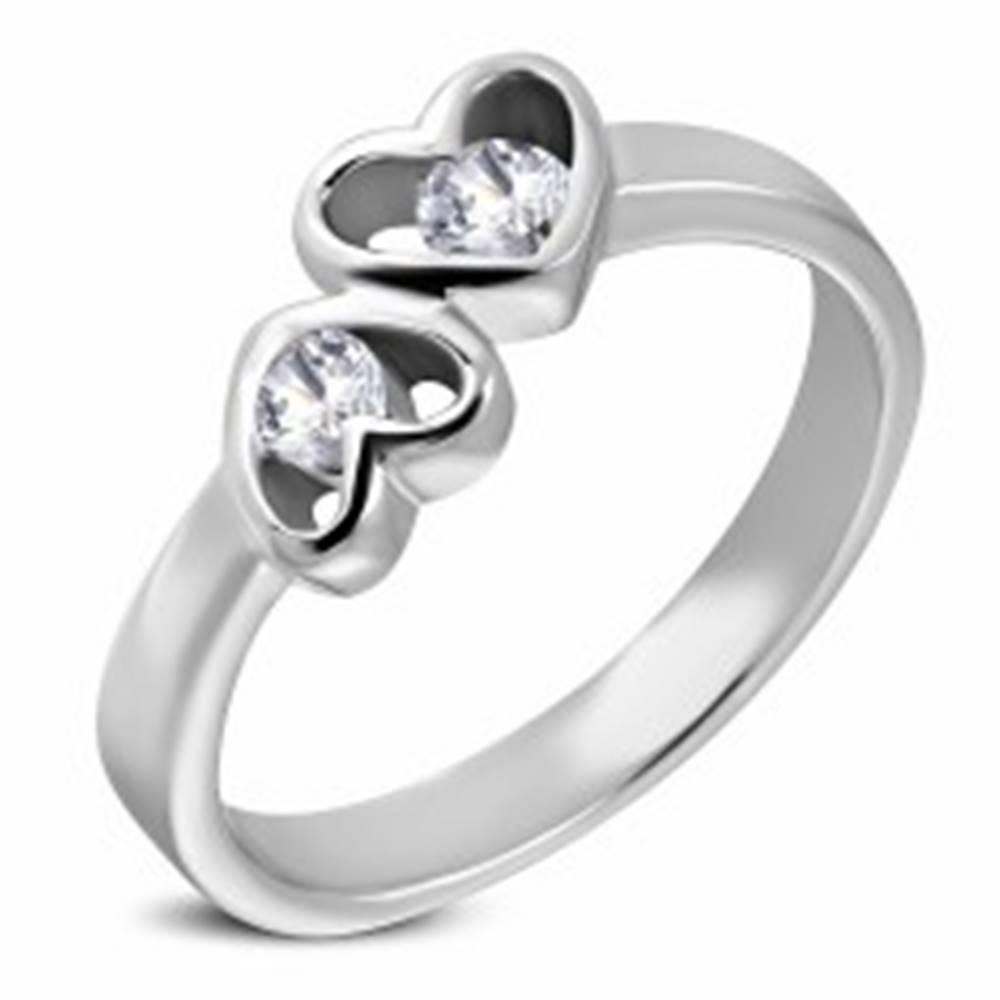 Šperky eshop Oceľový prsteň striebornej farby, dve srdcia s čírymi zirkónmi - Veľkosť: 49 mm