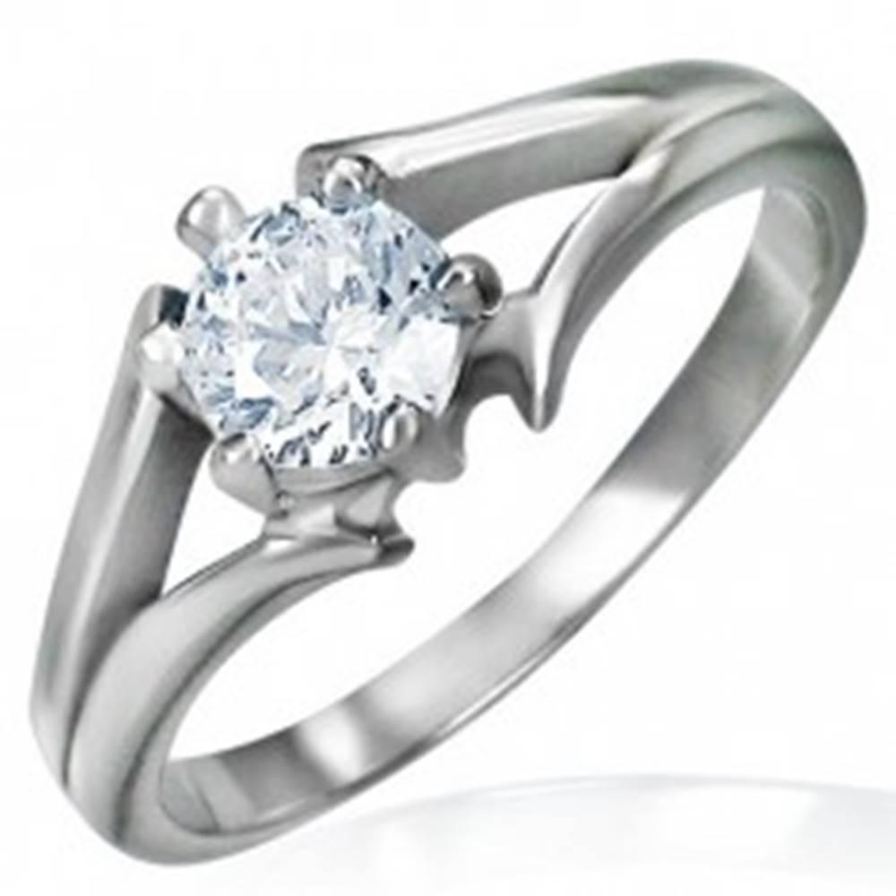 Šperky eshop Oceľový prsteň striebornej farby - zásnubný, rozdelené ramená, číry zirkón - Veľkosť: 48 mm