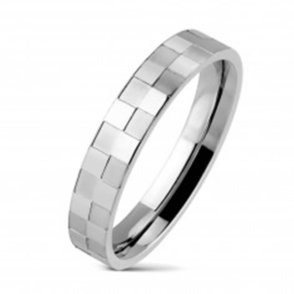 Šperky eshop Oceľový prsteň tenký s matnou a lesklou šachovnicou - Veľkosť: 48 mm