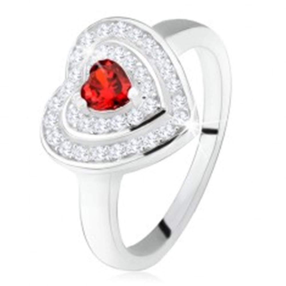 Šperky eshop Prsteň s červeným zirkónovým srdiečkom, číre zirkóny - obrysy sŕdc, striebro 925 - Veľkosť: 50 mm