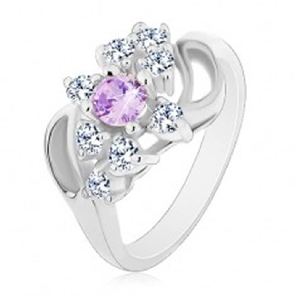 Šperky eshop Prsteň so zahnutými ramenami so zárezom, svetlofialový stred, číre zirkóniky - Veľkosť: 49 mm