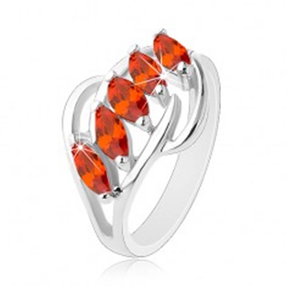Šperky eshop Prsteň striebornej farby, lesklé oblúčiky, pás oranžových brúsených zrniek - Veľkosť: 54 mm