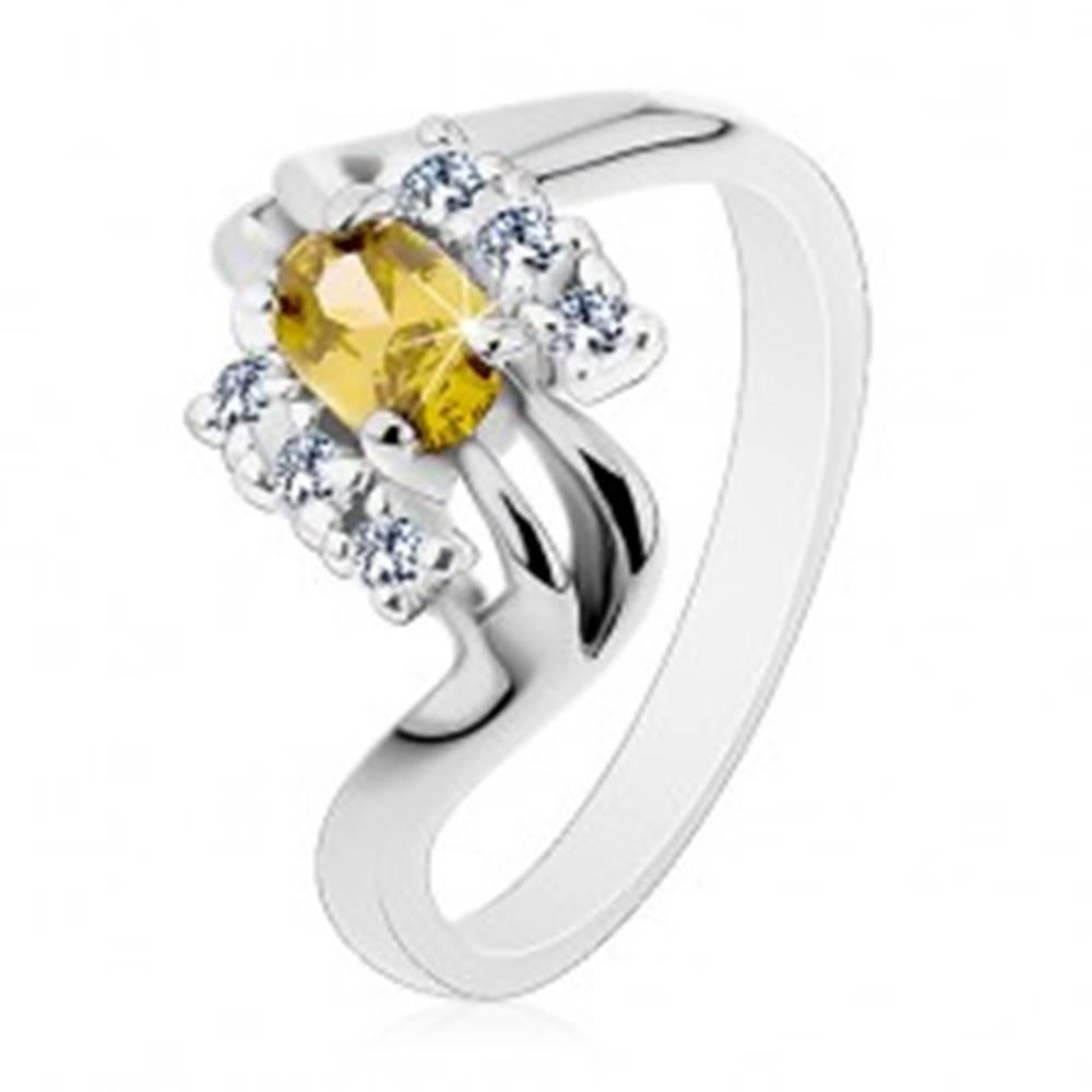 Šperky eshop Prsteň striebornej farby, rozdvojené línie ramien, olivovo-zelený brúsený ovál - Veľkosť: 53 mm