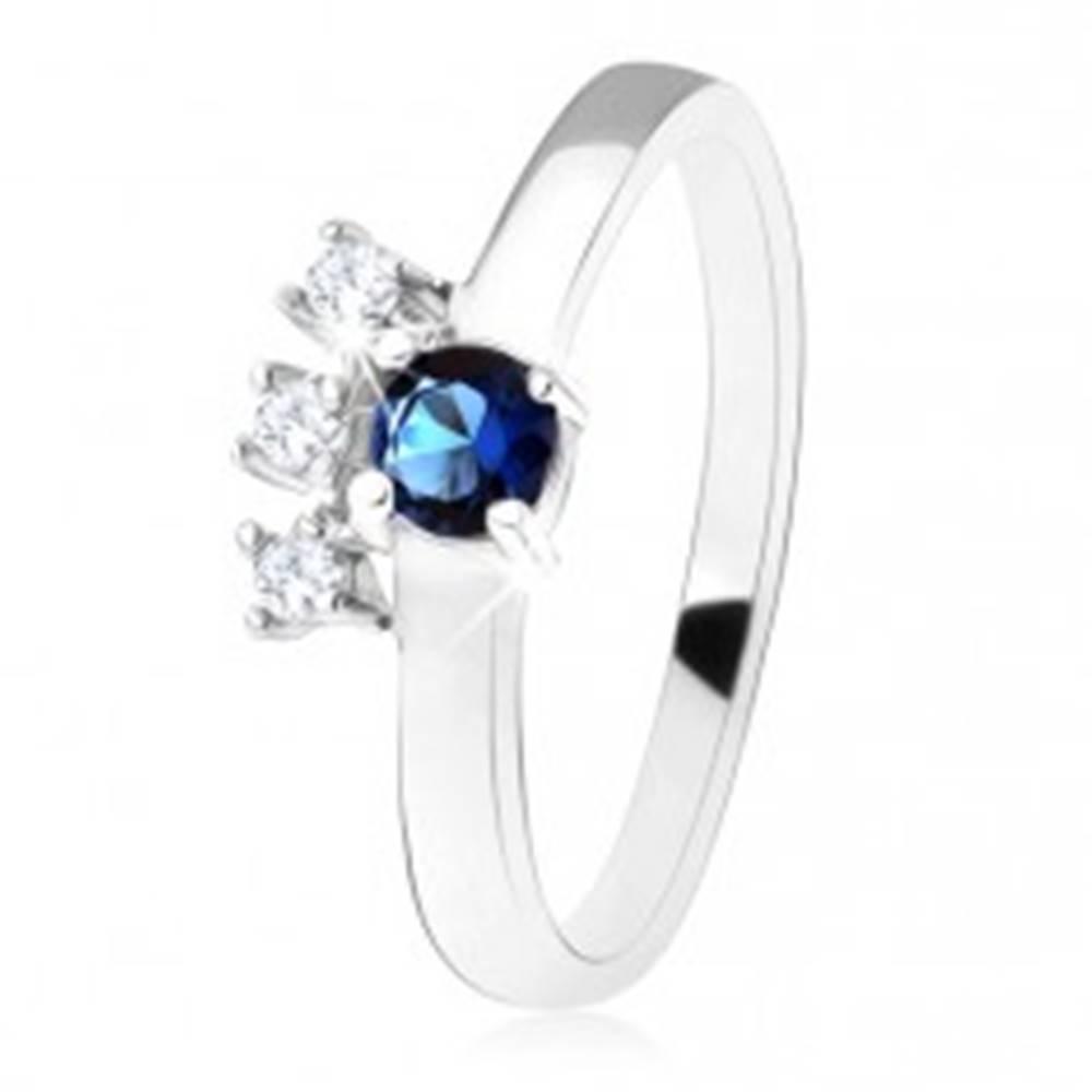 Šperky eshop Prsteň - striebro 925, tmavomodrý okrúhly zirkón, tri číre kamienky - Veľkosť: 49 mm